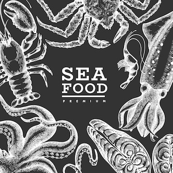 シーフードテンプレート。手は、チョークボードにシーフードのイラストを描いた。刻まれたスタイルの食べ物。レトロな海の動物の背景