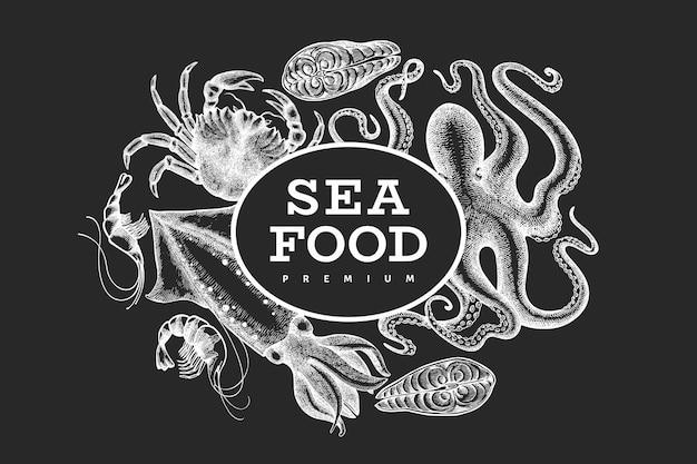 シーフードテンプレート。チョークボードに手描きのシーフードイラスト。刻まれたスタイルの食べ物。レトロな海の動物の背景