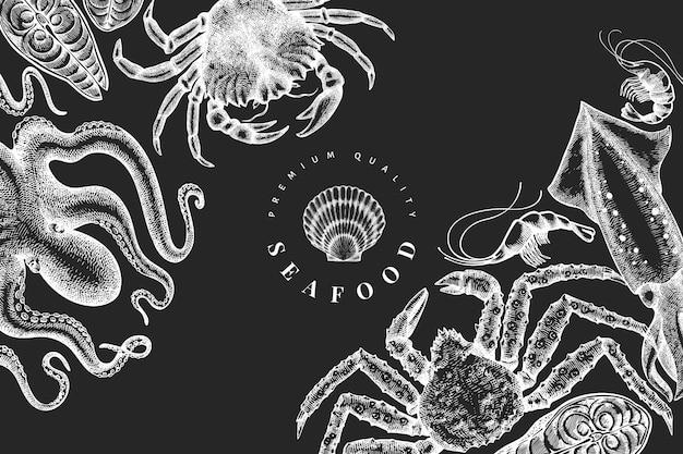 해산물 템플릿. 분필 보드에 손으로 그린 해산물 그림입니다. 새겨진 스타일의 음식. 빈티지 바다 동물 배경