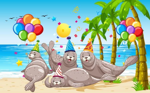 Gruppo di foche nel personaggio dei cartoni animati di tema del partito sul fondo della spiaggia