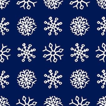 Бесшовный фон из рисованной снежинки. белые снежинки на синем фоне. рождественские и новогодние элементы декора. векторная иллюстрация.
