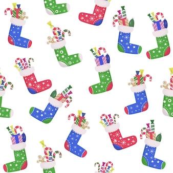 완벽 한 크리스마스 패턴입니다. 선물과 달콤한 사탕이 있는 다채로운 색깔의 양말. 가정 장식, 새해 선물을 위한 장소.
