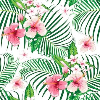 シームレスな花柄の緑のヤシの葉とハイビスカス、フランジパニーの花の背景。