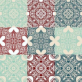 진한 파란색과 흰색 모로코 타일 장식품에서 매끄러운 패치워크 패턴