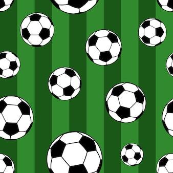 Бесшовный фон из больших футбольных мячей на полосатом фоне в зеленых тонах