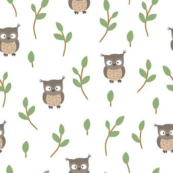 様式化された木の小枝と手描きの面白い赤ちゃんフクロウのシームレスなパターン。