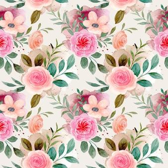 Бесшовный фон из розовых цветов акварель с пятнами брызг