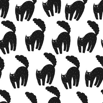 겁먹은 할로윈 검은 고양이의 매끄러운 패턴 등뒤가 구부러지고 꼬리가 푹신한 고양이 동물