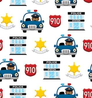 Бесшовный узор вектор забавного медведя за рулем полицейской машины с полицейскими элементами мультфильма