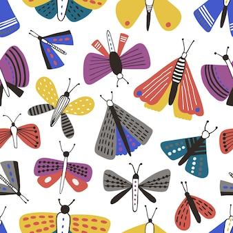 Бесшовный фон с мультяшными молью на белом фоне. фон с бабочками, летающими насекомыми с разноцветными крыльями. детские векторные иллюстрации для печати на ткани, обоев, оберточной бумаги.