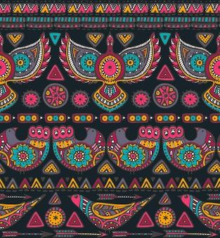 다채로운 손으로 그린 민족적인 요소와 원활한 패턴입니다. 기하학적 형태와 화려한 새가있는 부족 디자인.