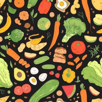 Бесшовный фон с диетическим питанием, полезными продуктовыми продуктами, натуральными органическими фруктами, ягодами и овощами на черном фоне