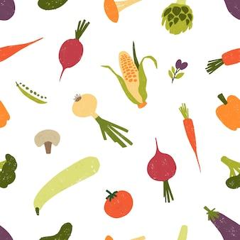 白い背景の上に散らばって新鮮な有機野菜や収穫された作物とのシームレスなパターン。健康的な野菜食品の背景。テキスタイルプリント、包装紙のイラスト。