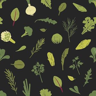 Бесшовный фон с зелеными растениями, листьями салата и пряностями на черном фоне