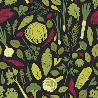 緑の野菜、サラダの葉、黒の背景にスパイスハーブとのシームレスなパターン。健康的な有機ベジタリアン料理を背景に。包装紙、壁紙のカラフルなベクトルイラスト。