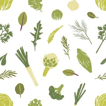 Бесшовный фон с зелеными овощами, листьями салата и пряностями