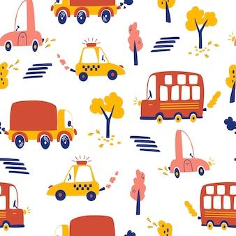 手描きの車とのシームレスなパターン。観光バス、漫画の車、横断歩道、タクシー、葉のある木々。都市交通の子供の背景。印刷、壁紙、ファブリック、ファッションテキスタイルに。ベクター