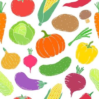 Бесшовный фон с рисованной овощами на белом фоне