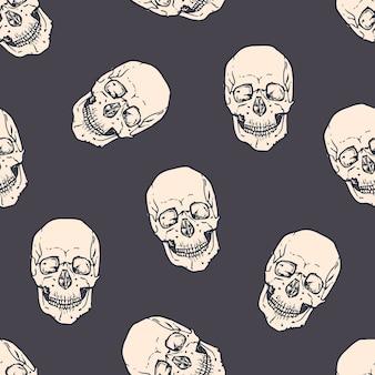 Бесшовный фон с ужасными реалистичными человеческими черепами на темноте