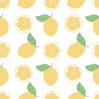 Бесшовный фон с ломтиками лимона и лимонов на белом фоне