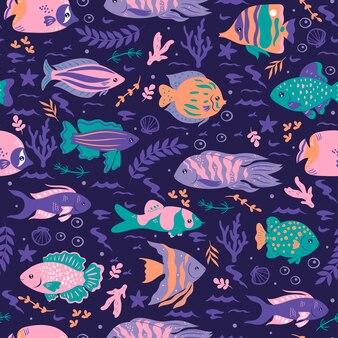 Бесшовный фон с океанической рыбой на синем фоне.