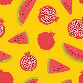 Бесшовный фон с гранатами и кусочками арбуза на желтом фоне. фон с свежих спелых органических тропических сочных фруктов. летняя плоская иллюстрация для обоев, ткань печати.