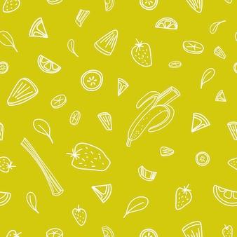 緑の輪郭線で描かれたおいしいベリー、野菜、熱帯の果物のスライスとのシームレスなパターン