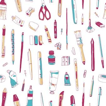 白い背景に描かれた文房具、描画器具、創造性ツールまたは事務用品とのシームレスなパターン。壁紙、ファブリックプリント、背景のビンテージスタイルのリアルなベクトルイラスト。