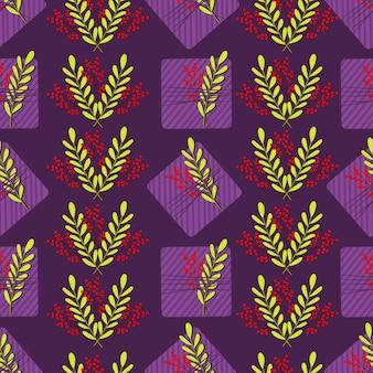 Бесшовный фон с фиолетовыми полосатыми подарочными коробками и красными и зелеными листьями