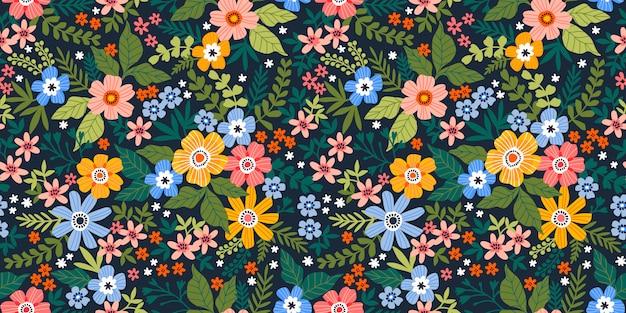 シームレスなベクターの花柄のパターン。小さな色とりどりの花、葉、果実で作られた無限のプリント。