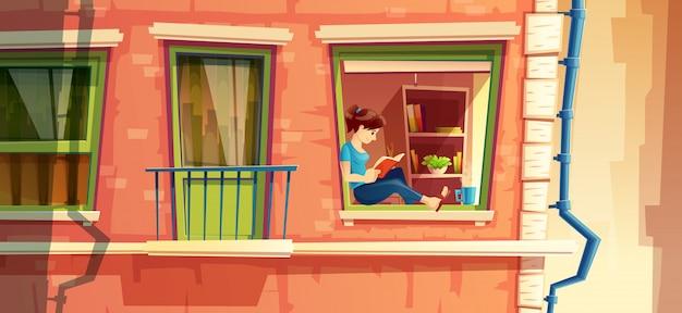 여자가 창에서 책을 읽고 건물 외관의 섹션
