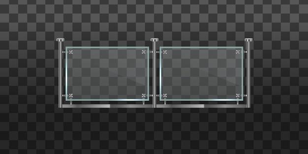 金属製の管状の手すりと家の階段、家のバルコニーのための透明なシートが付いているガラスフェンスのセクション。金属の手すりセットが付いているガラスの欄干。鋼製の柱を備えた手すりまたはフェンスのセクション。