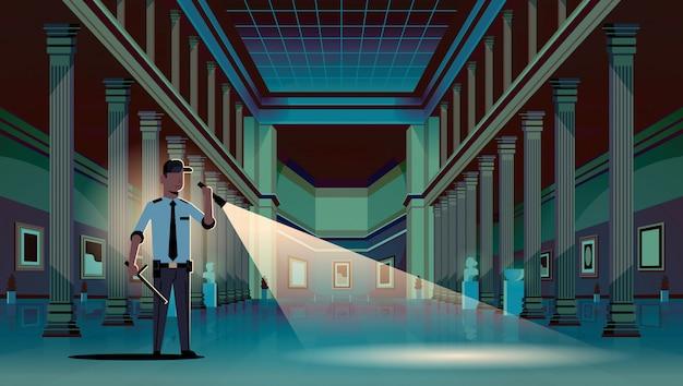 歴史的な博物館で懐中電灯を照らす警備員
