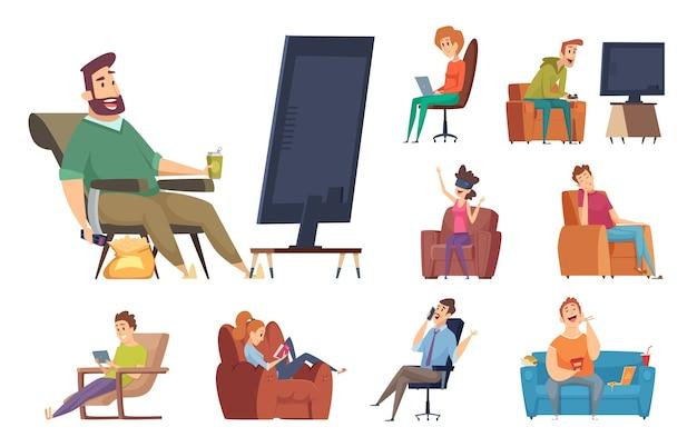座りがちな文字。怠惰なライフスタイルの人々は、デバイスでテレビの不健康な人を見ているスマートフォンでチャットを読んで座っています。ソファで怠惰なイラスト、リラクゼーション人、漫画人間