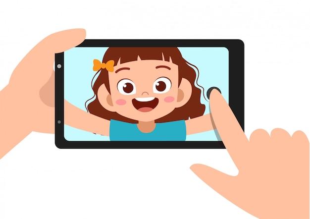 子供女の子selfieスマートフォン