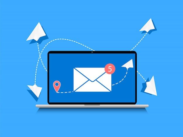 이메일을 보내는 중입니다. 메시지 보내기 개념 노트북과 종이 비행기.