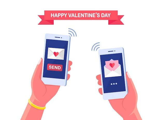 전화로 연애 편지, 메시지, sms를 보내거나받습니다. 행복한 발렌타인 데이. 붉은 마음으로 봉투