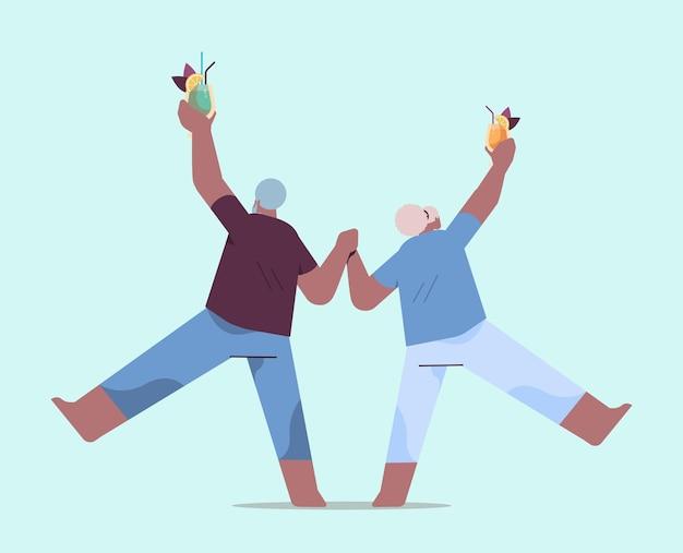 노인과 여성이 춤을 추는 수석 아프리카계 미국인 커플