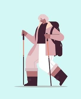 シニアアフリカ系アメリカ人女性ハイカーがバックパックとスティックを持って旅行ノルディックウォーキングアクティブな老後の概念の完全な長さのベクトル図