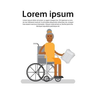 Старший афроамериканец на инвалидной коляске бабушка леди