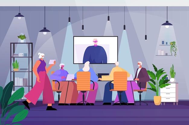 Старшие бизнесмены, имеющие онлайн-конференцию, встречу пожилых деловых людей, обсуждают с лидером мужчиной во время видеозвонка, интерьер офиса, горизонтальная полная длина, векторная иллюстрация