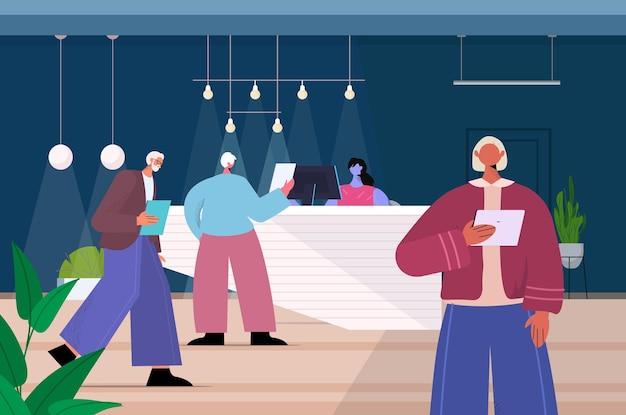 Старшие бизнесмены, использующие цифровые гаджеты, пожилые деловые люди, работающие в современном темном ночном офисе, горизонтальная полная длина, векторная иллюстрация