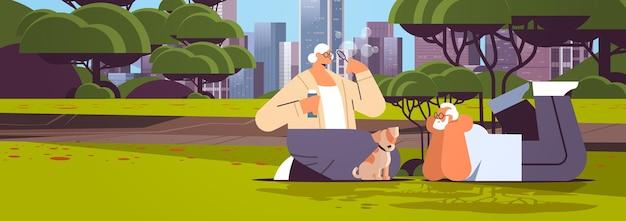 거품을 불고 도시 공원 휴식 은퇴 개념 전체 길이 도시 풍경 배경 수평 벡터 일러스트 레이 션에서 작은 강아지와 함께 시간을 보내는 수석 부부