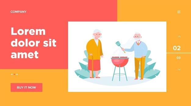 Старшие пары готовят мясо барбекю в саду. старик с тростником и лопаткой для жарки стейков. досуг, лето, концепция питания для дизайна веб-сайта или целевой веб-страницы