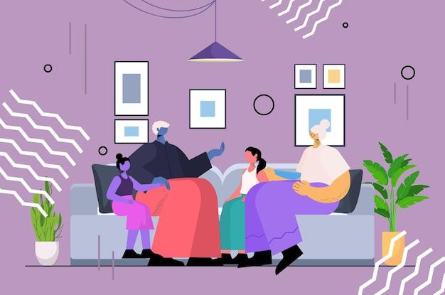 조부모와 손주들이 함께 시간을 보내는 동안 아이들과 토론하는 노부부