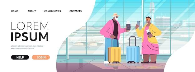 공항 휴가 여행 개념 수평 전체 길이 복사 공간 v에 탑승할 준비가 된 수하물 여권 및 티켓을 가진 스마트폰 아프리카계 미국인 조부모를 사용하는 관광객의 노부부