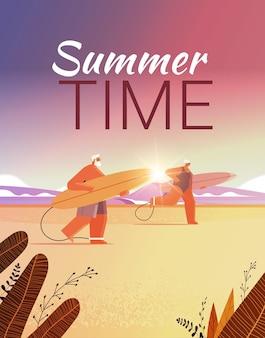 서핑 보드와 함께 수석 부부는 서핑 보드 여름 휴가 활성 노년 개념을 들고 세 남자 여자 서퍼