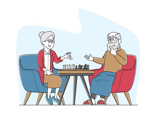 Старший мужчина и женщина играют в шахматы в доме престарелых