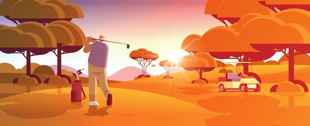 화창한 녹색 골프 코스에서 골프를 치는 노인