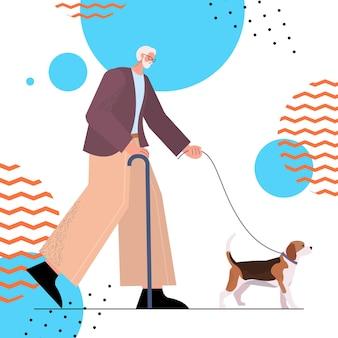 Старший мужчина с тростью гуляет со своим дедушкой-собачкой, расслабляясь с домашним животным в полный рост, векторная иллюстрация